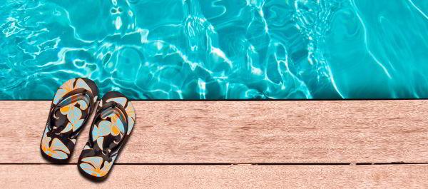 Haus mit Pool - Schuhe am Wasser